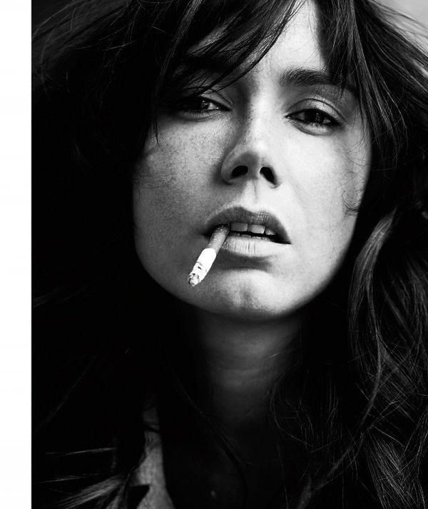 Olga Bołądź pali papierosa