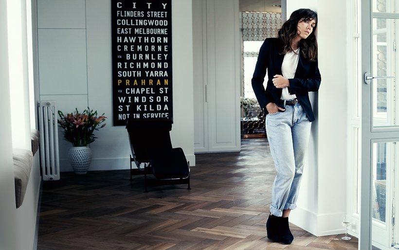 Olga Bołądź stoi w dżinsach