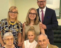 Paweł Adamowicz z rodziną: żoną Magdaleną, córkami Tosią i Tereską oraz ojcem