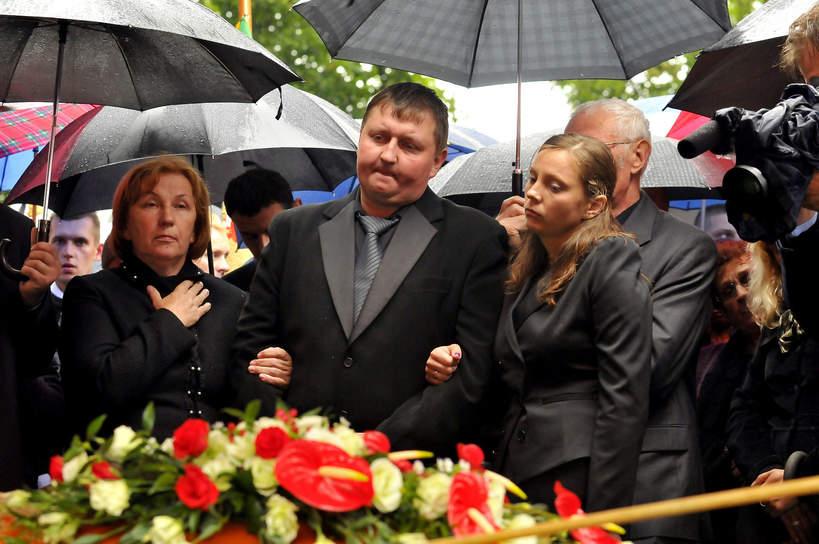 Pogrzeb Andrzeja Leppera: Irena Lepper - żona, syn Tomasz Lepper, córka Renata Lepper, 11.08.2011