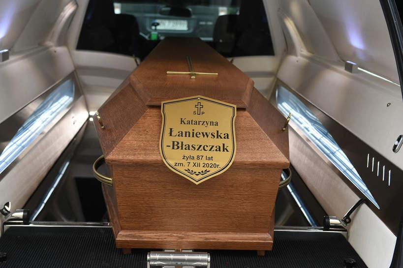 Pogrzeb Katarzyny Łaniewskiej, trumna z ciałem aktorki, 17.12.2020