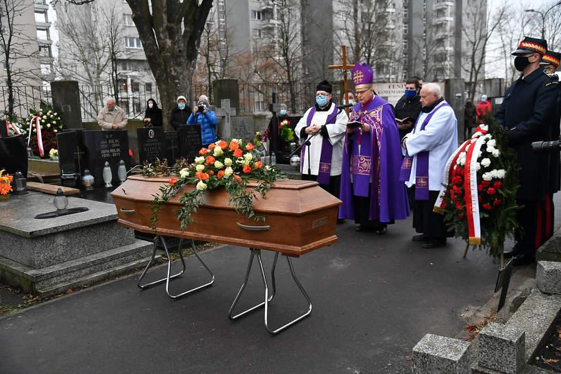 Pogrzeb Katarzyny Łaniewskiej, trumna z ciałem aktorki na cmentarzu, 17.12.2020