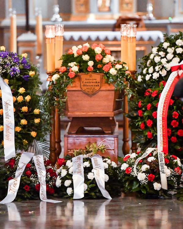 Pogrzeb Katarzyny Łaniewskiej, trumna z ciałem aktorki w Kościele, 17.12.2020