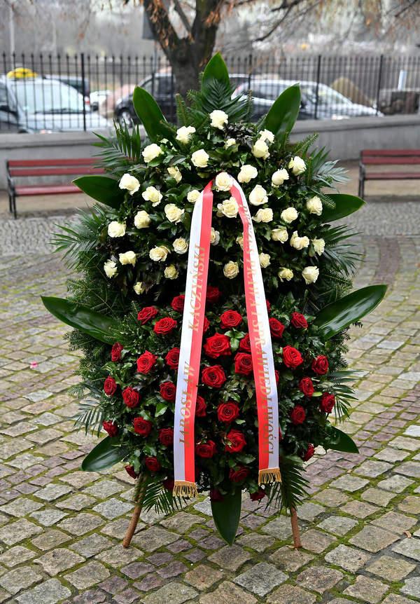 Pogrzeb Katarzyny Łaniewskiej, wieniec od Jarosława Kaczyńskiego, 17.12.2020