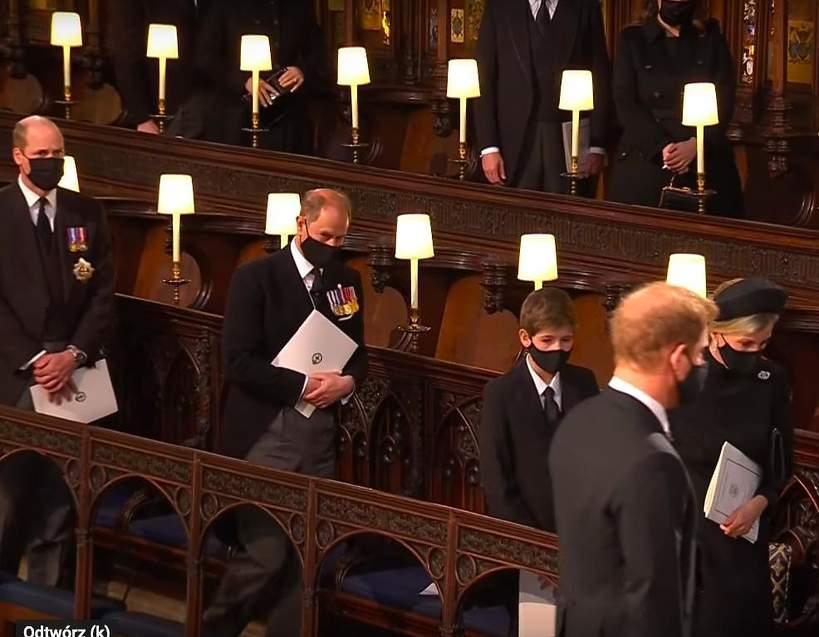 Pogrzeb księcia Filipa. Książę Harry i książę William opuszczają kaplicę św. Jerzego