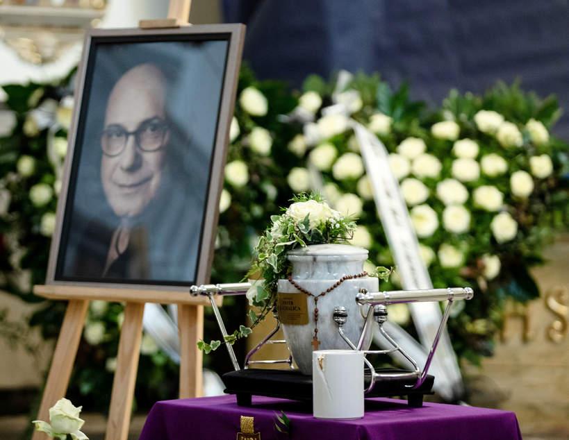 Pogrzeb Piotra Machalicy w Częstochowie, 19.12.2020. Urna z prochami