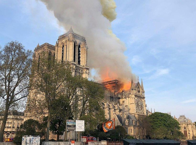 Pożar katedry Notre Dame w Paryżu - zdjęcia budynku w ogniu