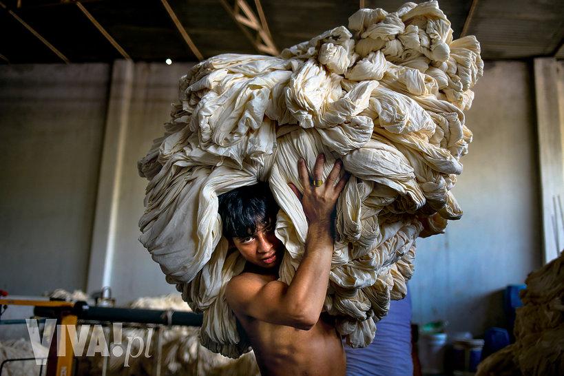 pracownik szwalni w Bangladeszu