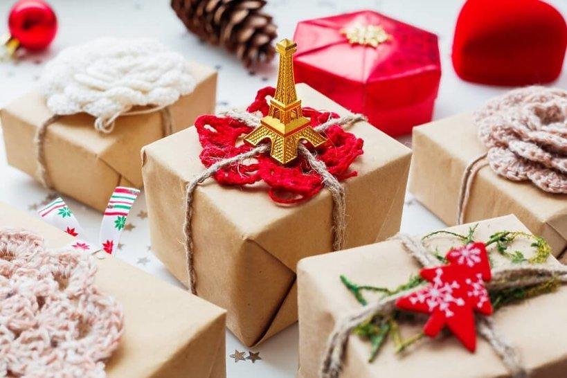 prezenty zapakowane w papier z figurką wieży eiffla