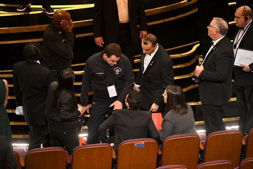 Rami Malek spadł ze sceny po odebraniu Oscara. Zdjęcia upadku