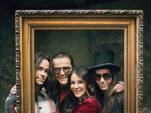 Robert Gawliński z żoną Moniką i synami Beniaminem i Emanuelem