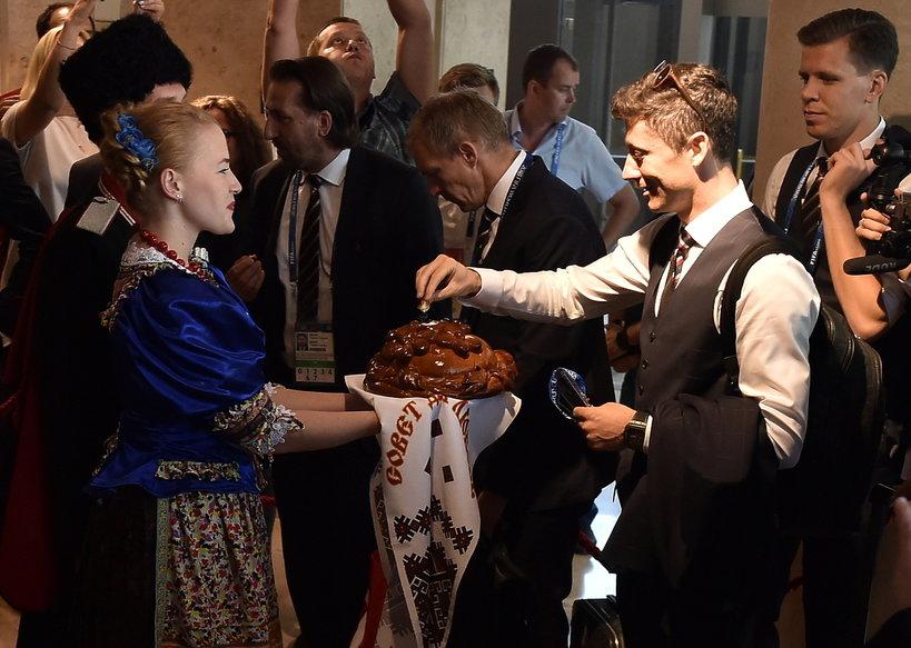 Robert Lewandowski zajada się chlebem z glutenem! Co na to Ania?!