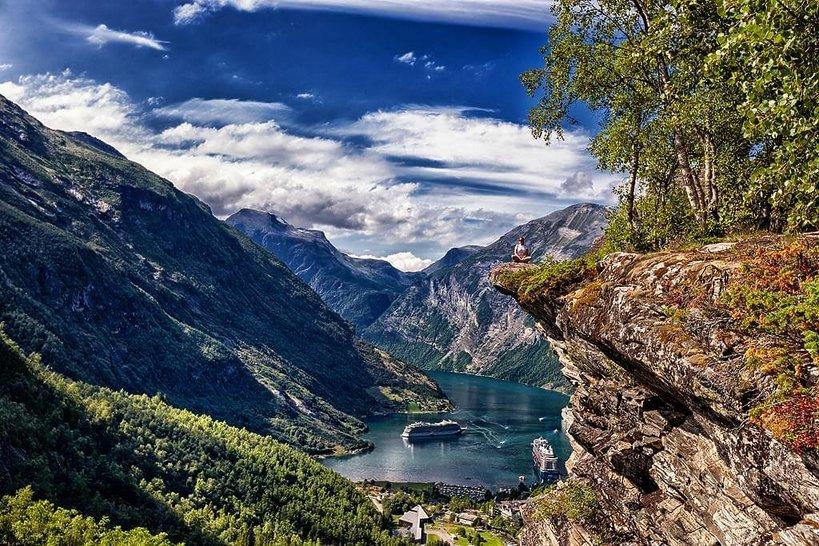 zielone gory niebieskie niebo norwegia