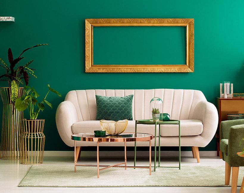 zielony salon z beżową kanapą