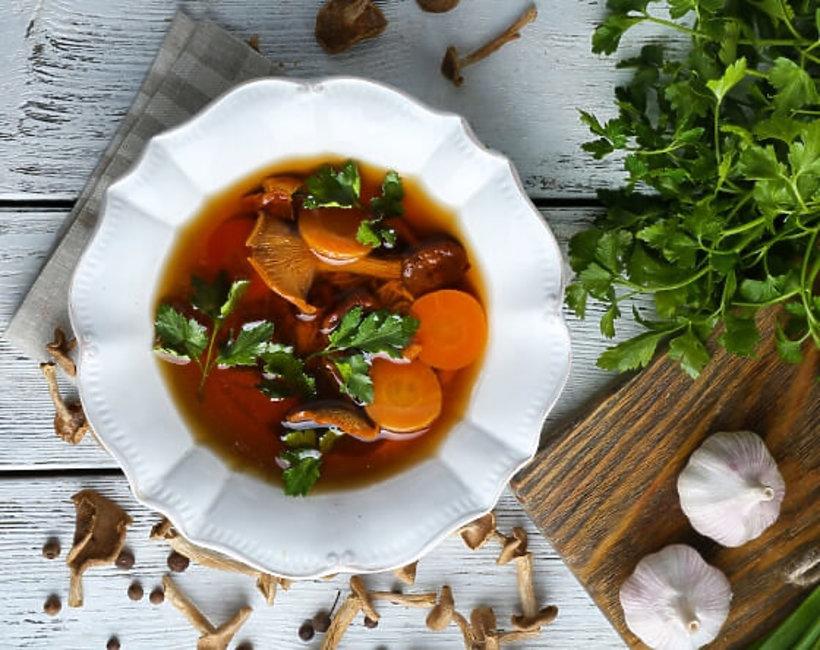 zupa grzybowa w białej misce