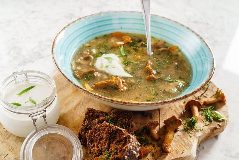 zupa grzybowa w misce ze śmietaną