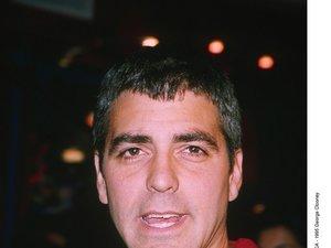 Młody George Clooney z czerwonej koszuli