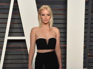 Jennifer Lawrence w czarnym topie i spódnicy do ziemi