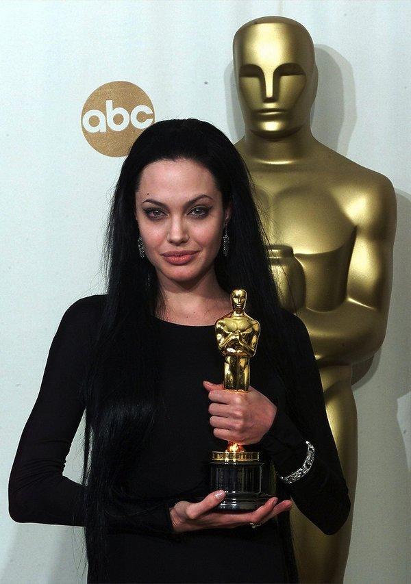 Angelina Jolie w czerni z Oskarem