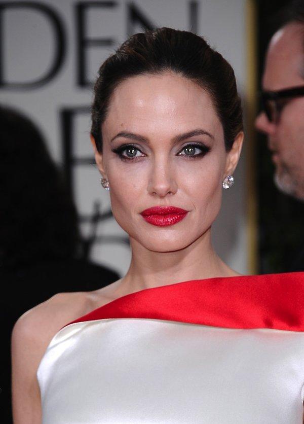 Angelina Jolie w koku z czerwonymi ustami