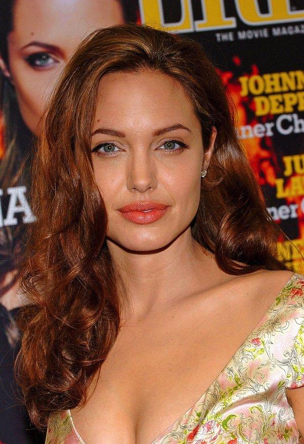 Angelina Jolie w rudych włosach