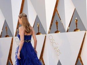Brie Larson w niebieskiej sukni tyłem