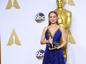 Brie Larson w niebieskiej sukni z Oscarem