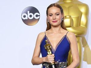Brie Larson w sukni z dekoltem i z Oscarem w dłoni