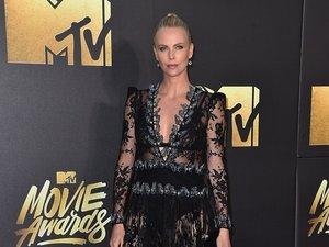 Charlize Theron w czarnej krótkiej sukience