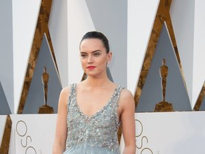 Daisy Ridley w jasnej, szarej sukience z kryształkami