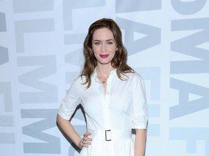 Emily Blunt w białej koszulowej sukience