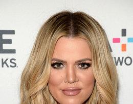 Khloe Kardashian w blond lobie i czarnej bluzce
