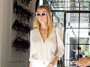 Gwyneth Paltrow w białej koszuli i spodniach