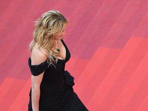 Julia Roberts przechodzi na bosaka po czerwonym dywanie festiwalu w Cannes