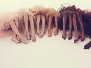 Kobiece nogi w baletkach