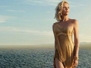Charlize Theron w złotej sukni w kampanii Perfumy J'adore Dior