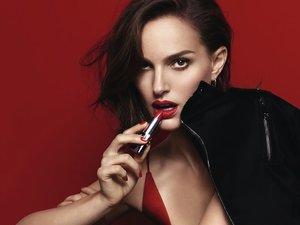 Natalie Portman maluje usta czerwoną pomadką Rouge Dior