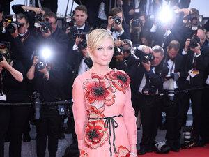 Modna stylizacja Kirsten Dunst z różową suknią Gucci na festiwalu w Cannes 2016