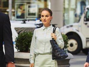 Natalie Portman w seledynowej koszuli i spódnicy