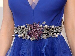 Ozdobny pasek na niebieskiej sukni Brie Larson