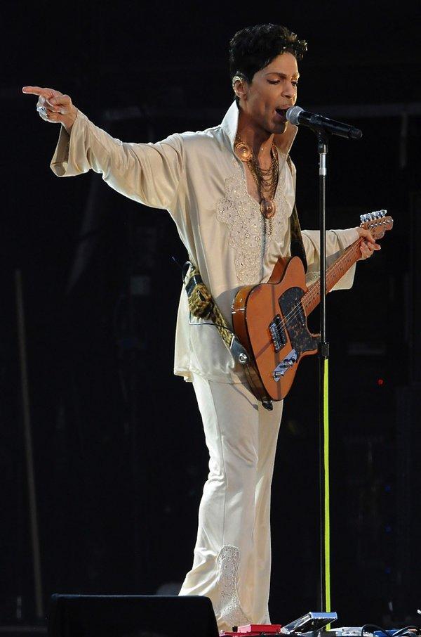 Prince w białym garniturze z gitarą