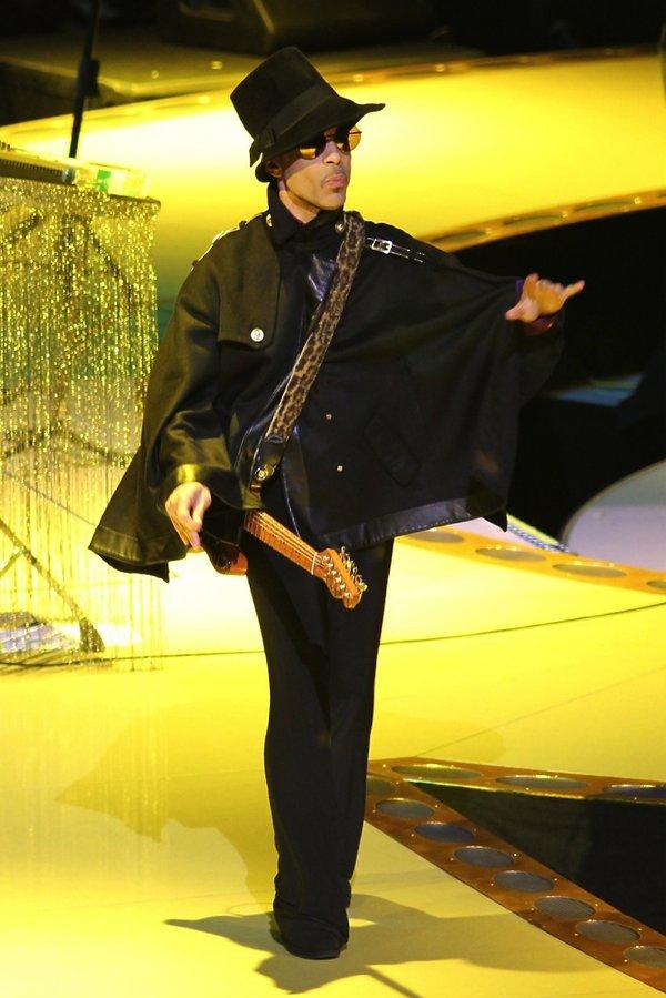 Prince w czarnym garniturze z kapeluszem