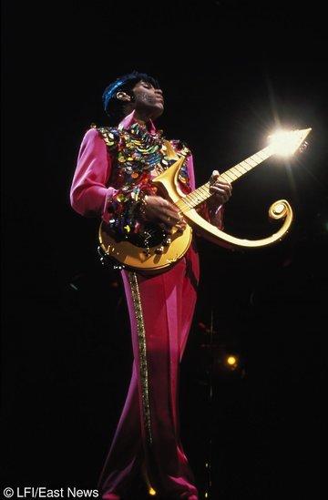 Prince w różu z gitarą