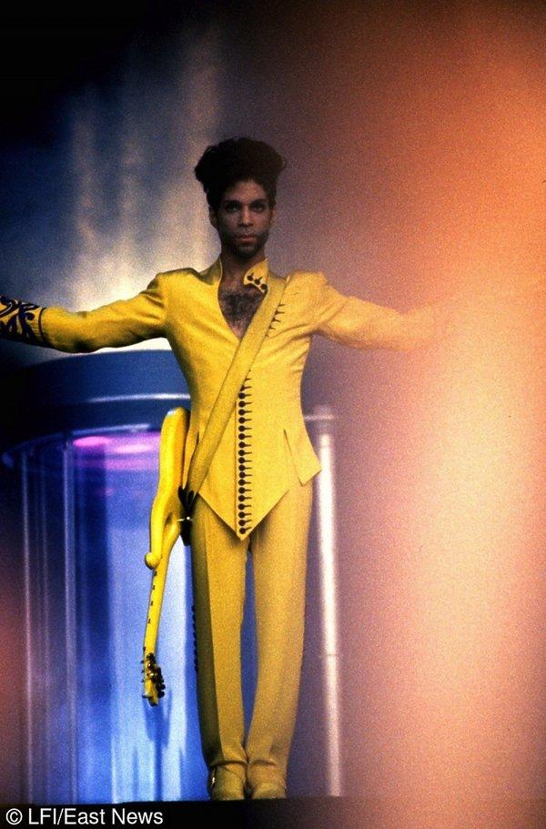 Prince w żółtym garniturze