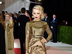 Rachel McAdams lśni w złotej sukni Valentino na gali MET 2016