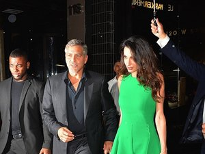 Amal Clooney w zielonej sukience z Georgem Clooney