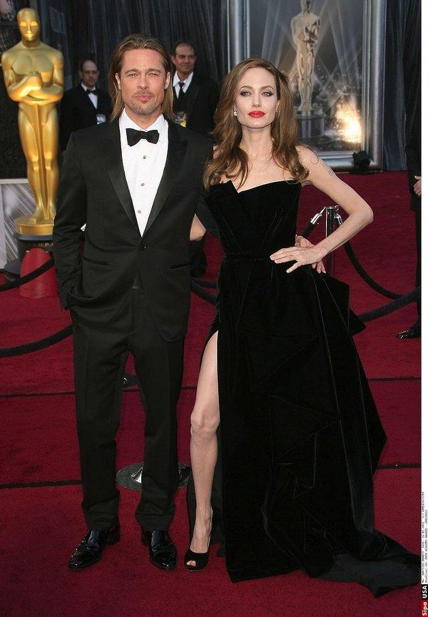 Angelina Jolie w eleganckiej sukni i Brad Pitt w garniturze na czerwonym dywanie