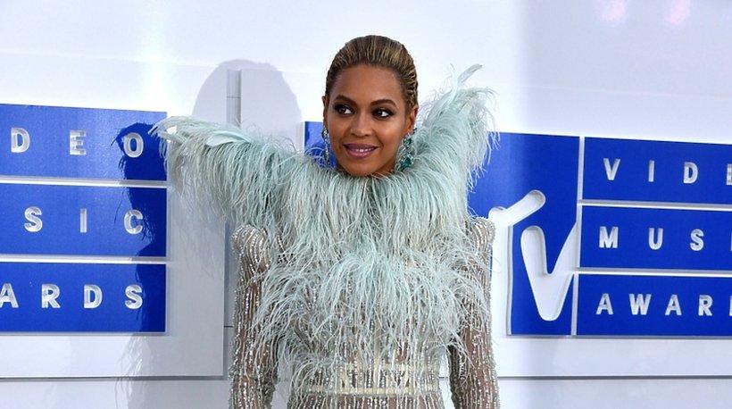 Beyonce w błękitnym przezroczystym stroju