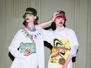Iris Law i Taylor Hill pozują w kolorowych ubraniach
