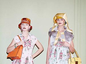 Iris Law i Taylor Hill pozują we wzorzystych ubraniach